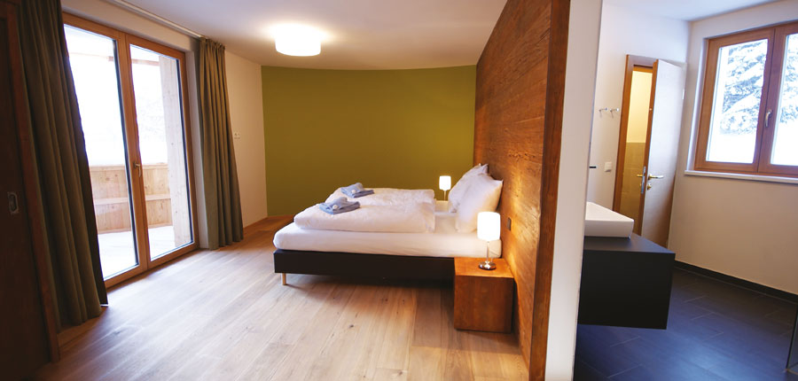 austria_arlberg-ski-area_st-anton_rendl_mountain-lodge-chalets_ bedroom_en-suite.jpg